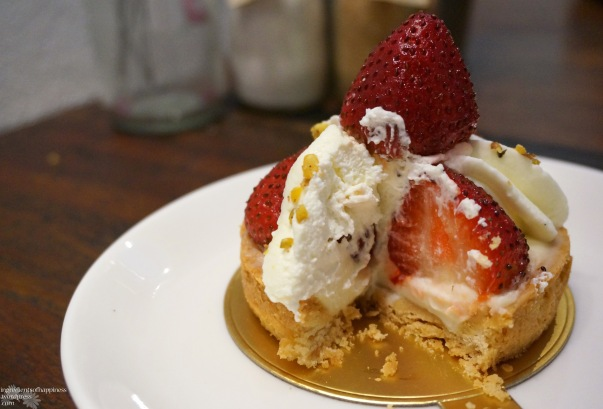 Somehow this picture of our messily cut tart looks quite appetizing...